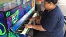 Bohemian Rhapsody suonata in un pianoforte pubblico come non l'avete mai sentita